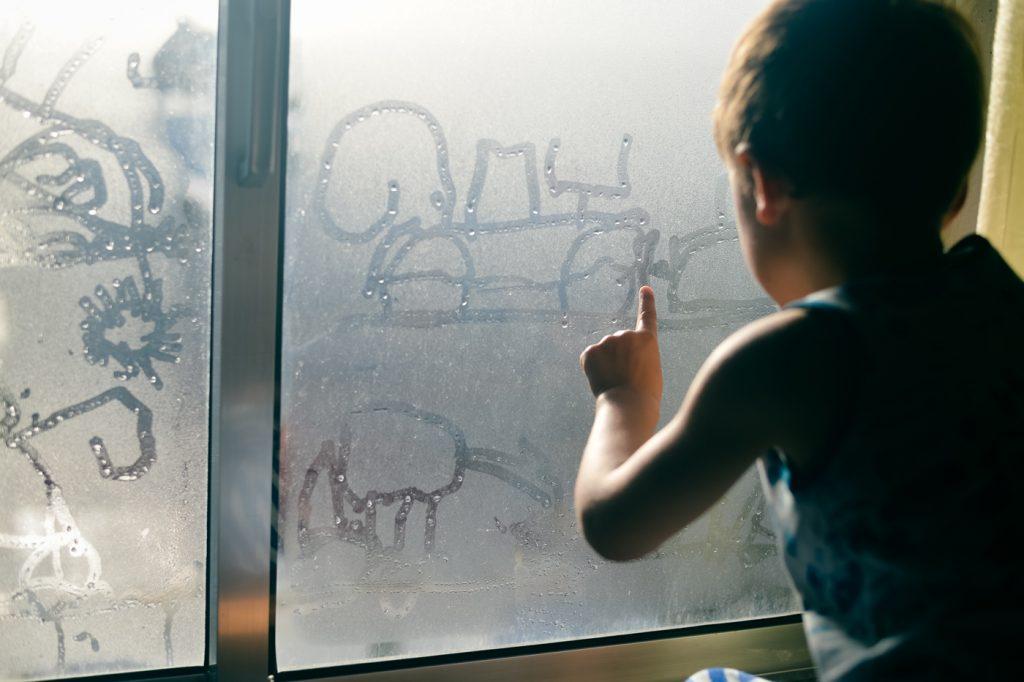 Barnetegning på kondens i vindu